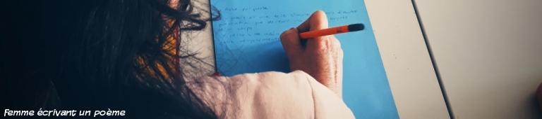 femme écrivant un poème